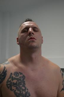 """Bătaie în sediul Poliţiei: Mascaţii i-au spart falca unui apropiat al clanului Neguş şi i-au """"prăjit"""" organele genitale (FOTO/VIDEO)"""
