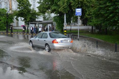 Oradea inundată: Furtuna a dat peste cap circulaţia în tot oraşul (FOTO / VIDEO)