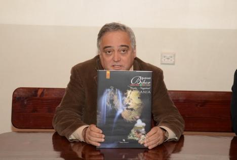 Ovi Pop a lansat ediţia revizuită a Monografiei ilustrate a judeţului Bihor (FOTO)