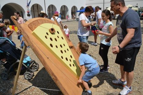 Wonderland în Cetatea Oradea: Kids Fest a umplut curţile fortăreţei cu jocuri, păpuşi uriaşe, bufoni şi 'copaci' pe catalige (FOTO/VIDEO)