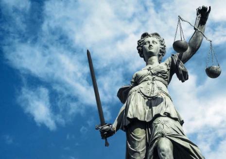 Balanţă în echilibru: 'Provocată' de doi membri ai Baroului Bihor, Curtea Constituţională a făcut lumină