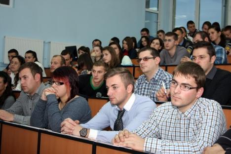 Universitatea Agora a sărbătorit în avans Ziua Naţională cu cântece patriotice şi o conferinţă despre cooperarea poliţienească (FOTO)