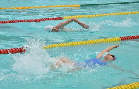 La dublu: Ediţia a doua a Swimathon a adunat de două mai mulţi înotători şi bani (FOTO)