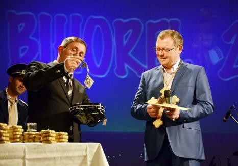 Evanghelia după Ioan... Mang: Vezi cum şi-a premiat Bihorel laureaţii, la gala care a reunit un număr record de 500 de invitaţi! (VIDEO)