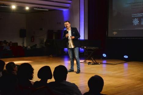 Jurnalistul Lucian Mîndruţă, show în mijlocul orădenilor: 'Nu mă plăteşte, în afară de Soros, nimeni…' (FOTO/VIDEO)