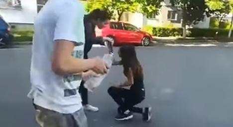 Bătută şi îngenuncheată: O elevă de 15 ani a fost lovită cu pumnii şi umilită în ultimul hal de colege (FOTO / VIDEO)
