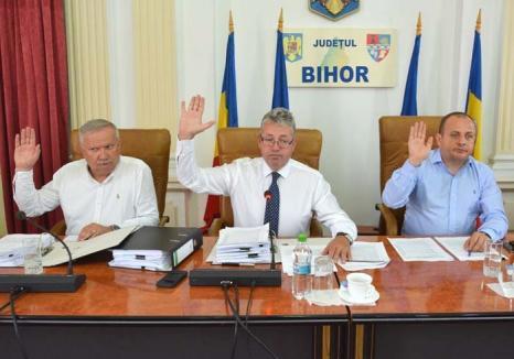 Bani pentru baştani: Spre deosebire de edilii din Oradea, şefii CJ Bihor şi-au umflat lefurile motivând că îi 'obligă' legea