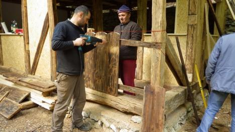 Casă ţărănească veche de un secol, mutată bucată cu bucată la Peştera Meziad (FOTO)