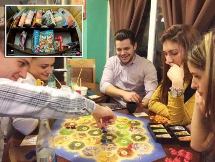 Jucaţi-vă! Tot mai mulţi orădeni îşi petrec timpul liber angrenându-se în jocuri de societate la cafenelele din oraş