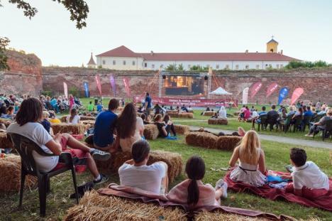 Cinema la iarbă verde: Orădenii sunt invitaţi la o lună cu filme româneşti, europene şi hollywoodiene proiectate în aer liber