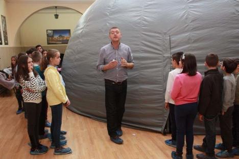 """""""Excursie"""" printre astre: Copiii orădenilor sunt aşteptaţi să dezlege misterele eclipselor şi anotimpurilor în singurul planetariu mobil din ţară"""