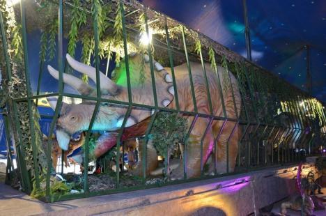 Parcarea Lotus Center, invadată de dinozauri (FOTO)
