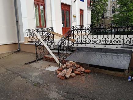 Treptele neputinţei: Muncitorii tocmiți de CJ Bihor nu sunt în sare să repare scările de la Muzeul Ady Endre (FOTO)