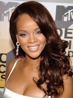 Rihanna a picat de pe scenă, în timpul unui concert (VIDEO)