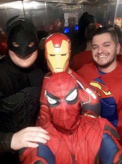 Deghizaţi în Superman, Batman, Iron Man şi Spider Man, poliţiştii rutieri din Oradea au dus cadouri copiilor internaţi în Spitalul Municipal (FOTO)