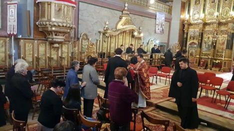 Joia Mare. Vicarul greco-catolic Mihai Vătămănelu a spălat şi sărutat picioarele a 12 seminarişti după exemplul lui Iisus (FOTO / VIDEO)