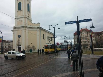 Traficul auto în centrul Oradiei, paralizat de o mașină parcată pe strada Primăriei în gabaritul tramvaiului (FOTO)