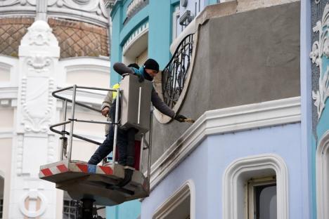 Intervenţii la palatul Moskovits în urma unor infiltraţii provocate de un balcon înfundat