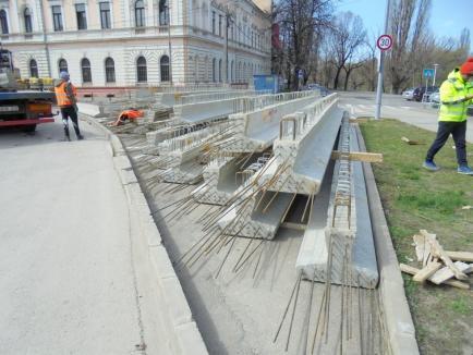 Pasajul subteran din Bulevardul Magheru este realizat în proporţie de 65%. Au fost aduse o parte din grinzile care-l vor acoperi (FOTO)