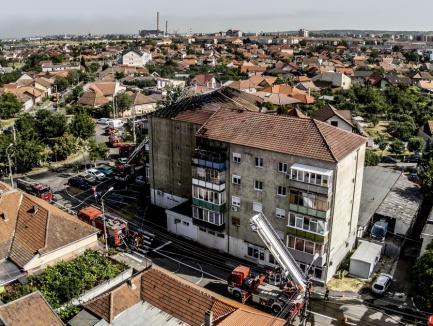 Incendiu violent într-un bloc din Oradea! Flăcările au cuprins şi acoperişul imobilului (FOTO / VIDEO)