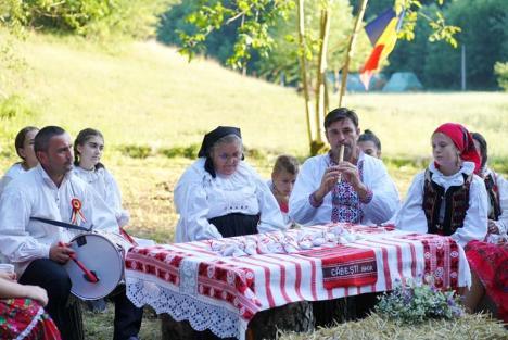 'Oameni, plante şi poveşti vindecătoare'. Tabără de vară pe teme botanice pentru copiii din Căbeşti (FOTO)