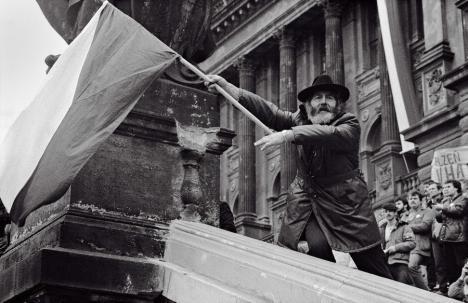 Revoluţia de Catifea anticomunistă din Cehoslovacia ajunge la Oradea, printr-o expoziție de fotografii iconice (FOTO)