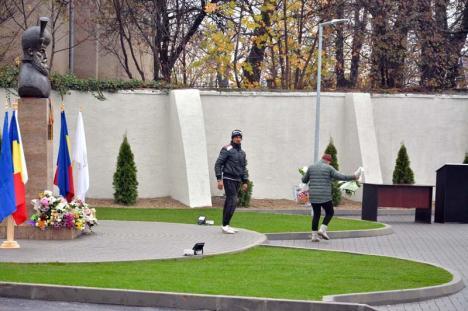 Respect cu reciclare: Florile de la statuia lui Mihai Viteazul din Sânmartin, ridicate imediat după ceremonie