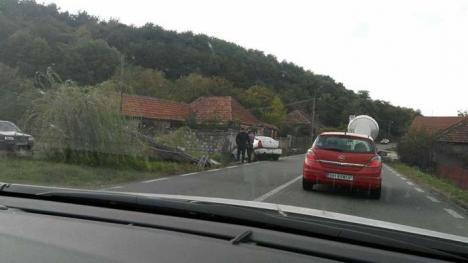 Telefonul, bată-l vina: Primarul din Drăgăneşti a făcut accident cu maşina de serviciu