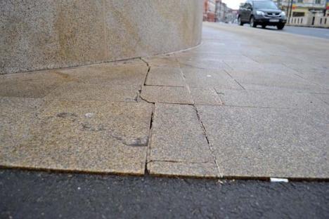 Crapă podul! Au apărut fisuri în dalele de granit montate pe Podul Ladislau! (FOTO)