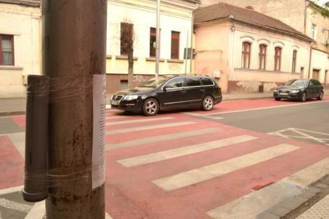 Steagul sus! Au dispărut steguleţele ce-i ajutau pe elevii de la 'Szacsvay' să traverseze strada (FOTO)