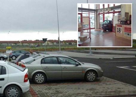 Maşină cu termopan: Un şofer şi-a lipit o fereastră cu bandă izolatoare pe maşină