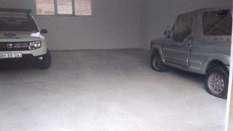 Parcare de Stânga: Un şef de la Ambulanţă îşi ţine ARO-ul vechi în garajul instituţiei