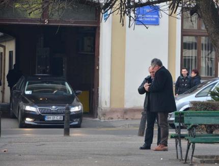 Secretosul Pásztor: Şeful Consiliului Judeţean Bihor îşi poartă discuţiile prin parcuri (FOTO)