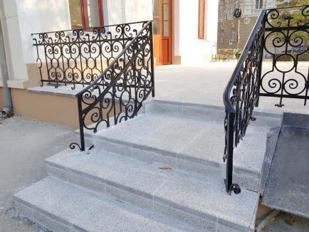 Dorel la muzeu: Muncitorii de la Muzeul Ady Endre din Oradea au betonat… balustradele! (FOTO)