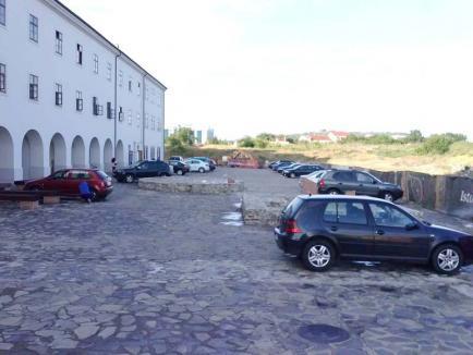 Cetatea aglomerată: Curtea fortăreței orădene s-a transformat în loc de parcare!