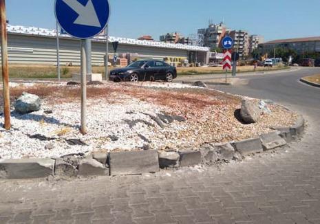 Cu tirul ca cu tancul: Un şofer de TIR a distrus sensul giratoriu din apropiere de Kaufland Ioşia