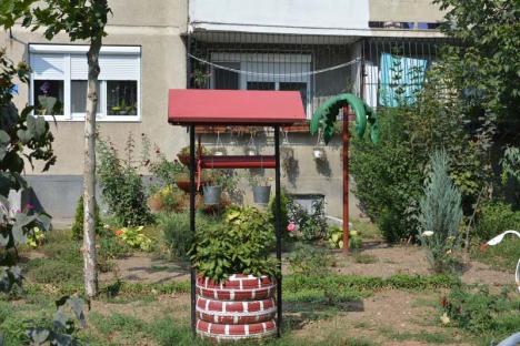 Palmierul de la bloc: Locatarii unui imobil din Oradea şi-au pus un palmier-kitsch în grădină