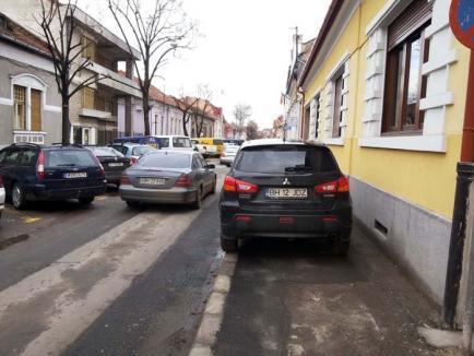 Pe invers: Trotuarul străzii Mihai Eminescu a devenit parcare