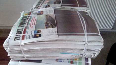 Maculatură de Sînmartin: Ziarul Primăriei din Sînmartin aşteaptă în stive să fie reciclat