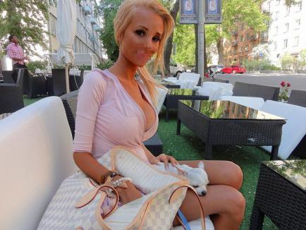 Şi-a făcut 12 operaţii estetice, ca să arate ca Barbie (FOTO)