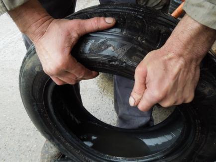 """Ce nu văd autorităţile: """"groapa neagră"""" care rupe în serie maşinile (FOTO)"""