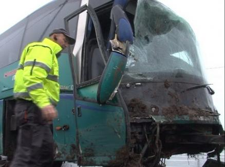 Un autocar care venea din Spania a ajuns în şanţ lângă Aeroportul Oradea (FOTO)