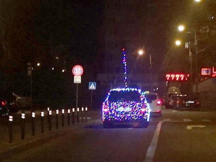 Maşina lui Moş Crăciun: Un orădean şi-a îmbrăcat maşina în luminiţe multicolore (FOTO)