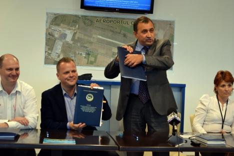 Conducerea Aeroportului a semnat contractul pentru construcţia noii piste (FOTO)