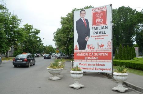 Tupeu de politicieni: Primăria Oradea şi-a încălcat propriul regulament de publicitate, montând ilegal prismele electorale (FOTO)