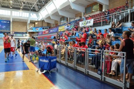 Vine finala: Baschetbaliştii de la CSM, încurajaţi de suporteri înaintea plecării la Ploieşti (FOTO)