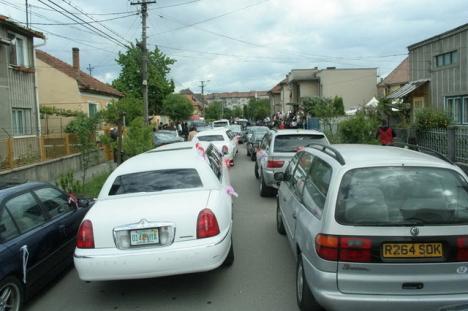Nunta regală pe model ţigănesc: au blocat circulaţia, iar nuntaşii au tras cu pistoalele în aer (FOTO)
