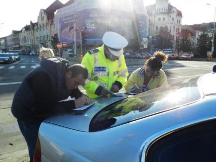 O şoferiţă începătoare la volanul unui BMW a distrus un VW Golf în centrul Oradiei (FOTO)