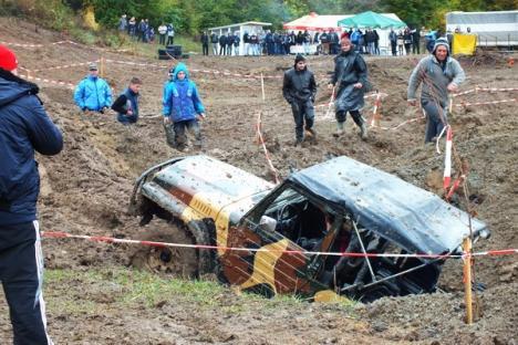 Betfia 4x4: Maşinile de teren au împrăştiat noroi în toate direcţiile, spre deliciul spectatorilor (FOTO/VIDEO)