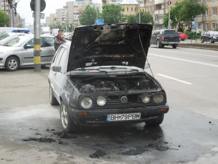 O maşină a luat foc în mers, în Nufărul (FOTO)